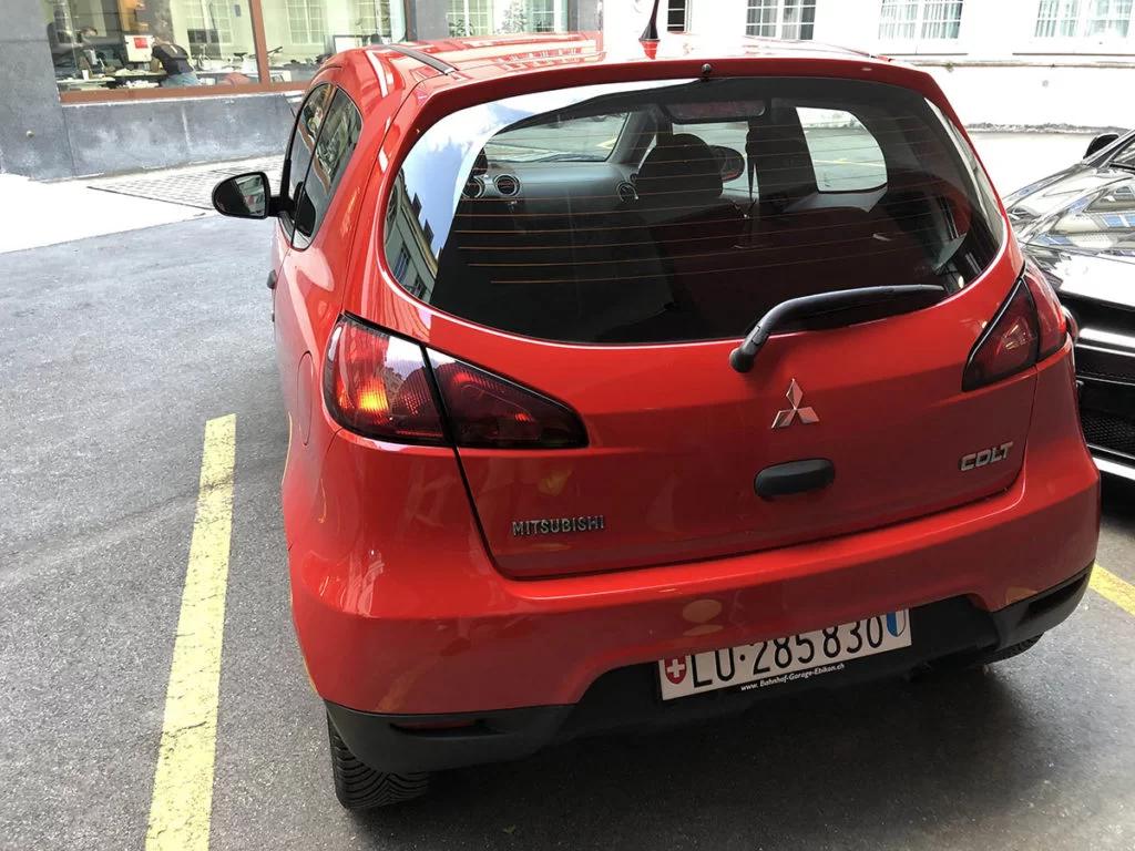 Günstige Autovermietung in Luzern - roter Mitsubishi Colt von hinten fotografiert